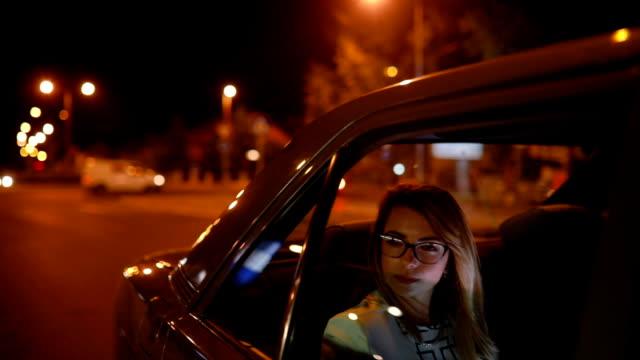 Business kvinna i bil på Paris gator