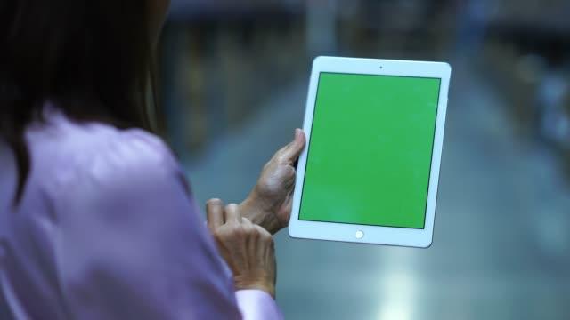 stockvideo's en b-roll-footage met zakenvrouw in winkelvoorraad controle op digitale tablet groen scherm, chromakey - lijst document
