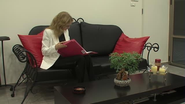 ビジネスの女性の待合室 - 若い女性だけ点の映像素材/bロール