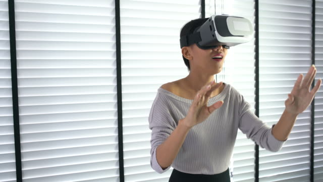 Business woman in vr glasses works in Office