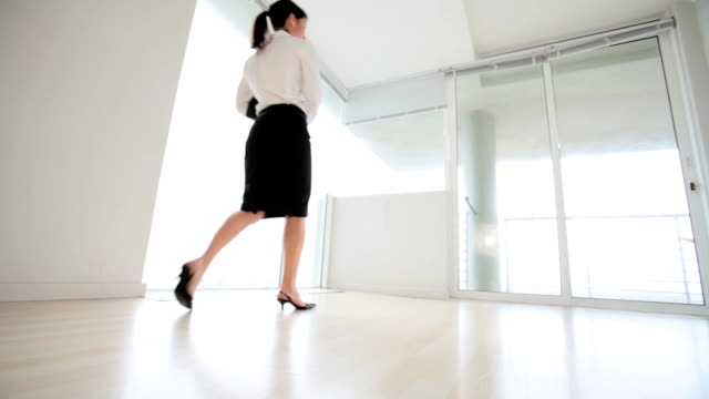 vídeos de stock, filmes e b-roll de mulher de negócios em branco escritório inspeciona apartamento - proprietário de casa