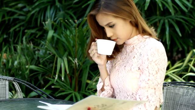 女性実業家は仕事やコーヒーを飲みながらコーヒーカフェ」の屋外