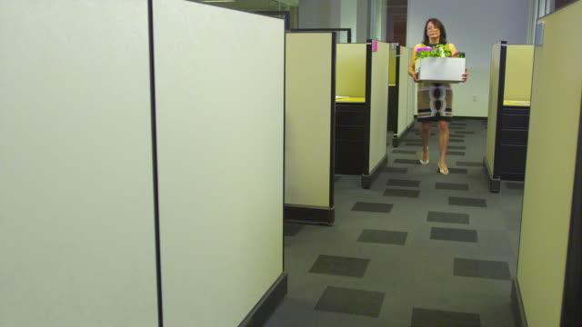 stockvideo's en b-roll-footage met ws business woman leaving office, colleague watching, austin, texas, usa - ontslaan