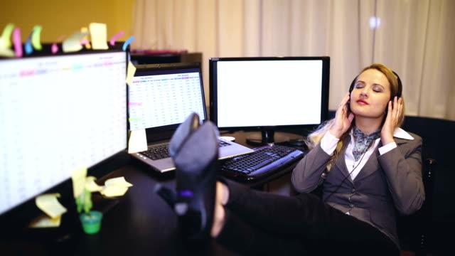 vídeos de stock, filmes e b-roll de a mulher de negócio escuta a música - trabalhadora de colarinho branco