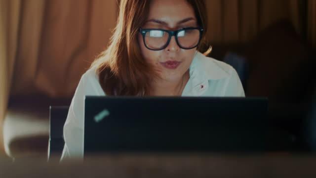 geschäftsfrau, die informationen auf dem computerbildschirm zu betrachten - desktop pc stock-videos und b-roll-filmmaterial