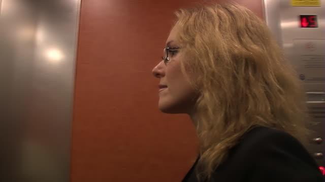ビジネスの女性が、リフトミラー - 若い女性だけ点の映像素材/bロール