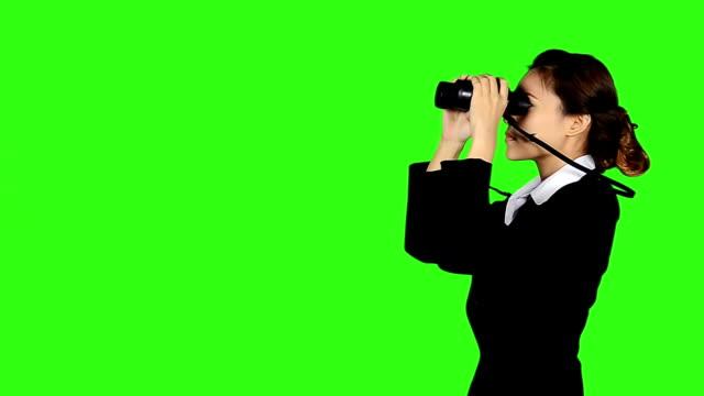 stockvideo's en b-roll-footage met business woman looks through binocular and run ahead - keyable