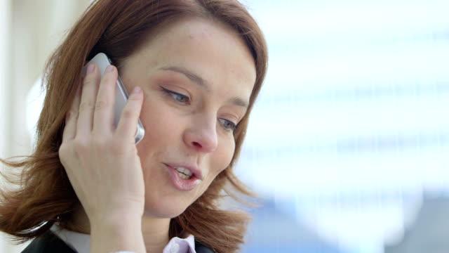 vídeos de stock e filmes b-roll de cu  business woman makes  a call. - só uma mulher de idade mediana