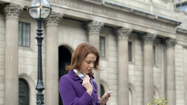 MS Business Woman makes a call