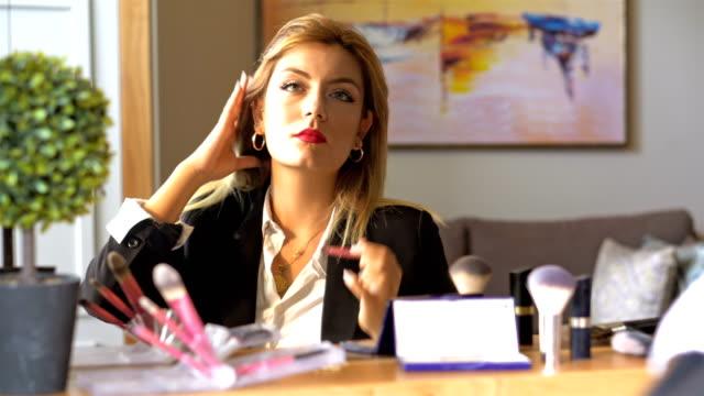 stockvideo's en b-roll-footage met zakenvrouw - make-up - pruik