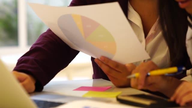 business-frau-meeting - kleines büro stock-videos und b-roll-filmmaterial
