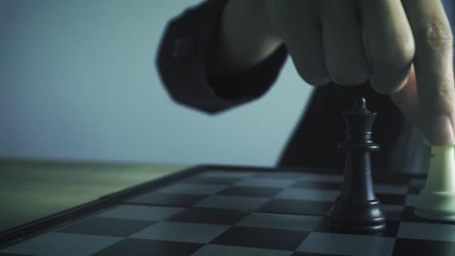 ビジネスの女性は、大会成功のチェス フィギュアを動かすプレイします。戦略リーダーシップ コンセプト。 - チェス点の映像素材/bロール