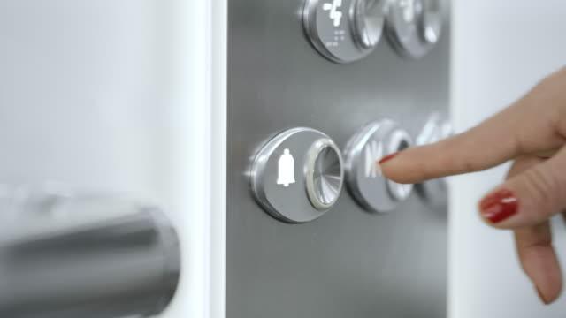 vídeos y material grabado en eventos de stock de de san luis obispo missouri ds mujer de negocios presionar el botón del ascensor - esmalte de uñas rojo