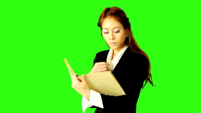 vídeos de stock e filmes b-roll de livro de leitura de mulher de negócios com verde fundo do ecrã - codificável
