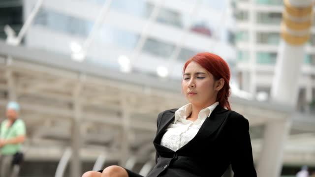 vídeos de stock, filmes e b-roll de negócios mulher relaxante na cidade - vestuário de trabalho formal