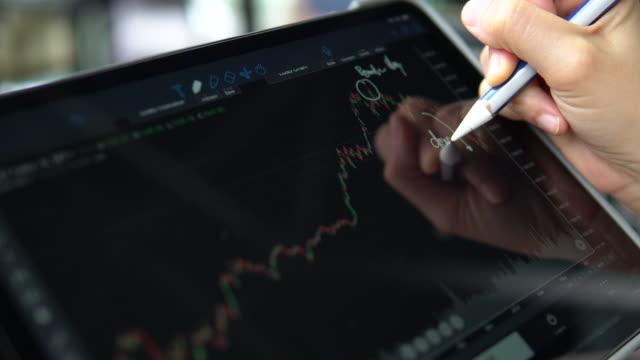 vídeos de stock e filmes b-roll de business woman searching on tablet - controlo de qualidade