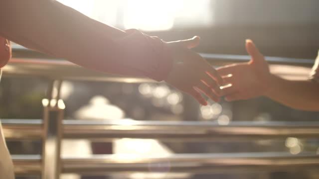 geschäftsfrau schüttelt hand aus nächster nähe wir haben vereinbarung getroffen - 30 34 years stock-videos und b-roll-filmmaterial