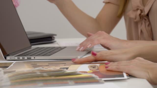 vidéos et rushes de femme d'affaires montrant son projet pour le client - graphisme