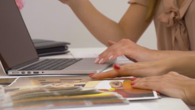 Business-Frau, die Arbeiten an Ihre Kunden
