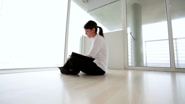 Business-Frau sitzt alleine in leere Büro