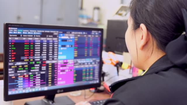 donna d'affari seduta font computer portatile con borsa su monitor, - analizzare video stock e b–roll