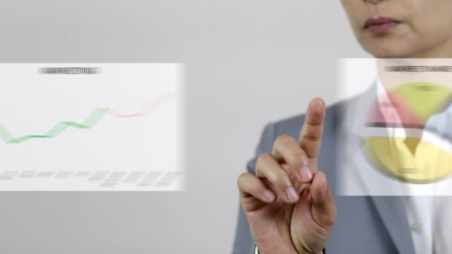 stockvideo's en b-roll-footage met business woman dia's financiële grafieken op virtuele interface - diavoorstelling
