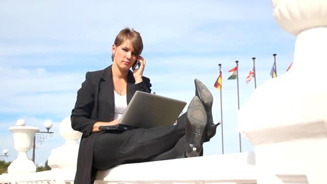 donna d'affari di parlare al telefono - archivista video stock e b–roll