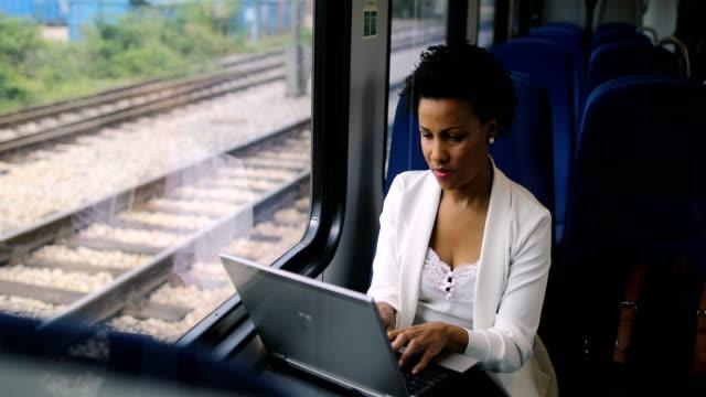 vídeos de stock, filmes e b-roll de mulher de negócios viajando de trem - hora do rush
