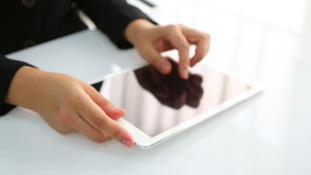 business-frau mit weißen tablet - sportschützer stock-videos und b-roll-filmmaterial