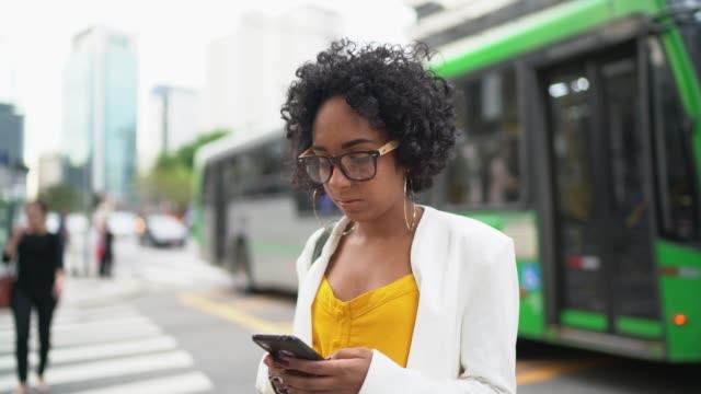 vídeos de stock, filmes e b-roll de mulher de negócio que usa o telemóvel na cidade - after work