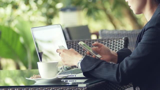 Business-Frau mit Laptop und Kaffee trinken