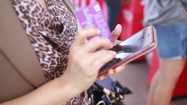 business-frau mit smartphone auf stadt-zug-belastung - fahrkartenschalter stock-videos und b-roll-filmmaterial
