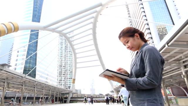 business-frau mit tablet pc im freien öffentlichen walk place - notizbuch stock-videos und b-roll-filmmaterial