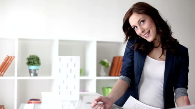 vídeos de stock e filmes b-roll de hd: mulher de negócios - arquiteta