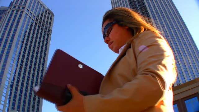 vídeos de stock e filmes b-roll de mulher de negócios - fato completo