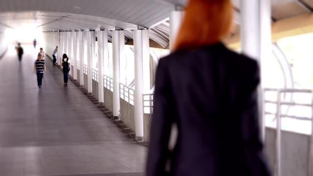 business woman walking on the street - abbigliamento da lavoro formale video stock e b–roll