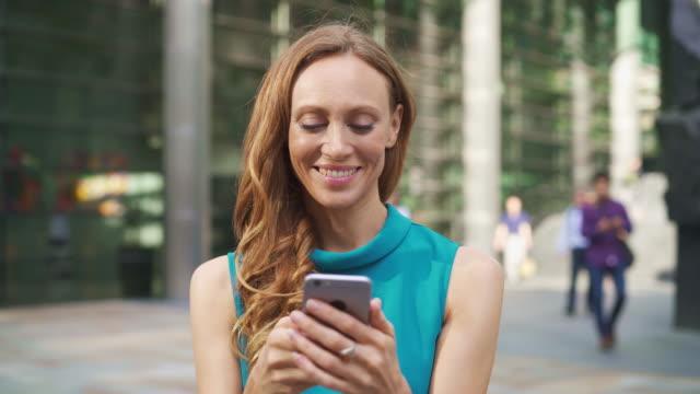 vídeos de stock e filmes b-roll de business woman with smart phone - 30 34 anos