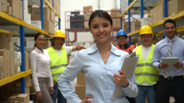 Zakenvrouw werken in een magazijn
