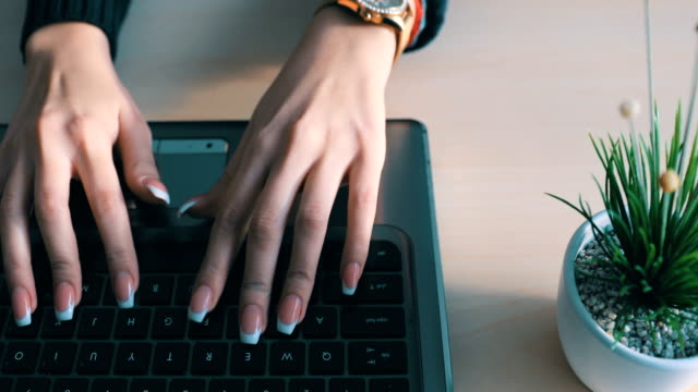 donna d'affari che lavora alla scrivania dell'ufficio - archivista video stock e b–roll