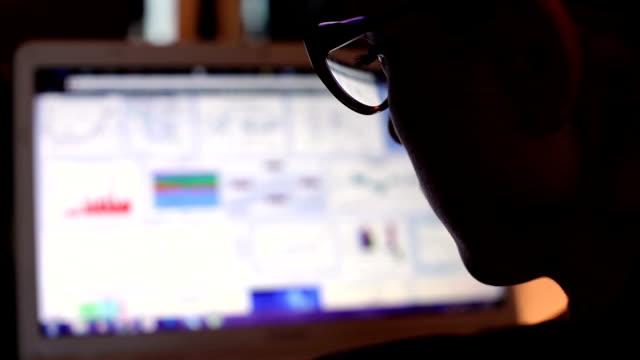 business-frau, die auf computer - e mail stock-videos und b-roll-filmmaterial