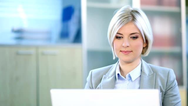 vídeos de stock e filmes b-roll de mulher de negócios, trabalhando no computador portátil - vestuário de trabalho formal