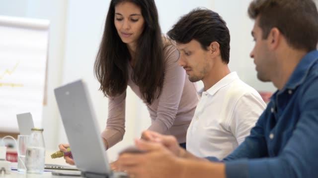 ビジネスの女性彼女のチームとの連携 - 討論点の映像素材/bロール
