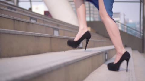 階段都市でステップ踏んでビジネス女性の足。 - 踏む点の映像素材/bロール
