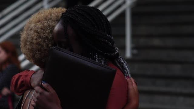 vídeos de stock, filmes e b-roll de mulher de negócios/estudantes abraçando - cumprimentando