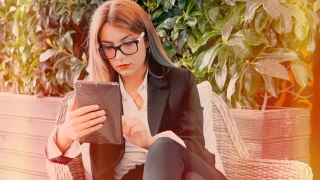 vidéos et rushes de femmes d'affaires 4k consept. - tenue d'affaires formelle