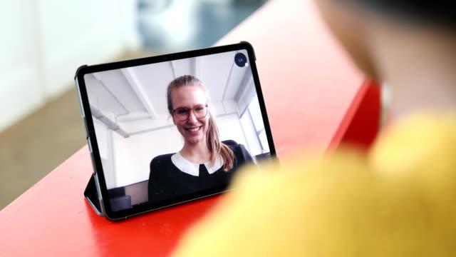 geschäftsfrauen, die ein videogespräch abhalten - kunde stock-videos und b-roll-filmmaterial