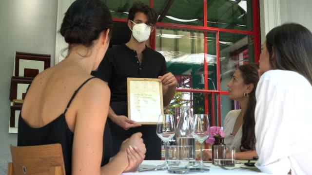 vídeos de stock e filmes b-roll de business women meeting in a fine dining restaurant - escolher
