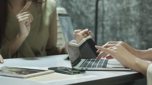 vídeos de stock e filmes b-roll de business women present tablet and notebook select the best target financial - escolha