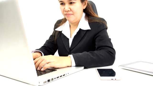 vidéos et rushes de les femmes d'affaires utilisent des ordinateurs portables pour travailler - tenue d'affaires formelle