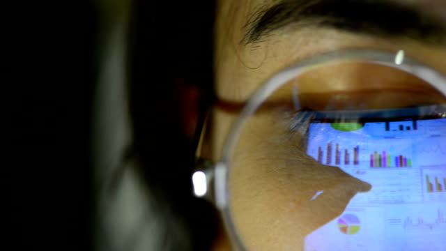 vídeos de stock e filmes b-roll de business women using tablet - emprego na comunicação social